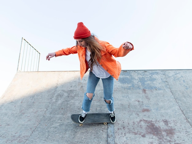 Jovem garota no skate