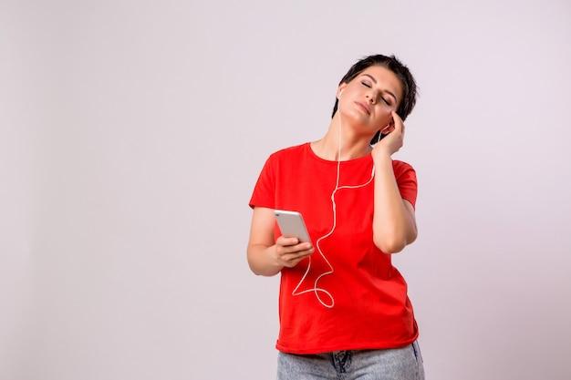 Jovem garota ouvir música no telefone e dançar