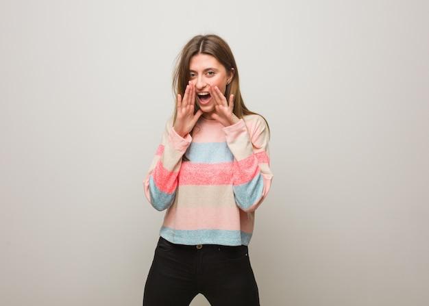 Jovem garota russa gritando algo feliz para a frente