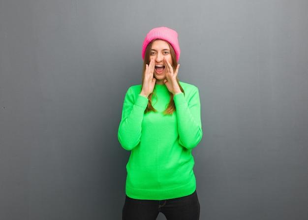 Jovem garota russa natural gritando algo feliz para a frente