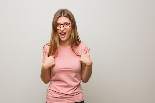 Jovem garota russa natural surpreendida, sente-se bem sucedida e próspera