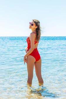 Jovem garota saudável e sexy na praia