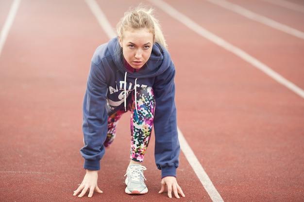 Jovem garota se preparando para correr.