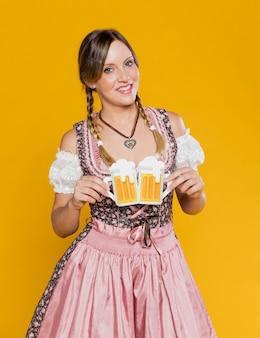 Jovem garota segurando canecas de papel de cerveja