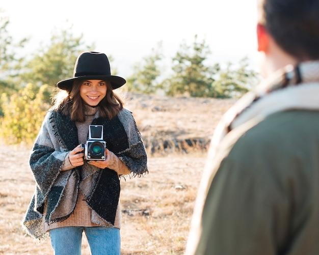 Jovem garota tirando uma foto do namorado