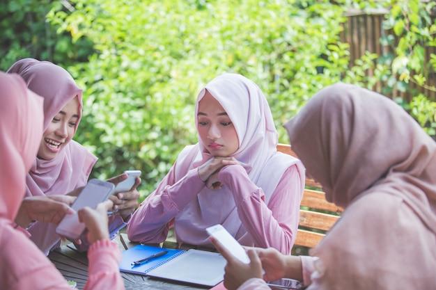 Jovem garota usando seu próprio smartphone e ignorando a amiga