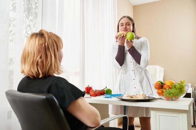 Jovem garota visitando nutricionista para perder peso com a ajuda do programa de dieta.