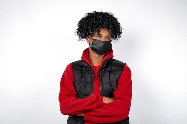 Jovem garoto afro-americano com máscara protetora na pandemia do vírus corona, covid-19.