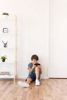 Jovem garoto jogando no smartphone