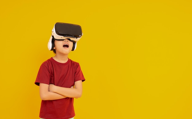 Jovem garoto usando óculos vr e surpreso com animação real