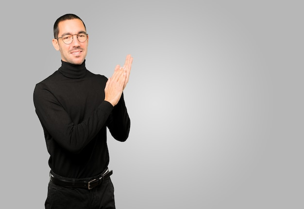Jovem gentil, aplaudindo o gesto