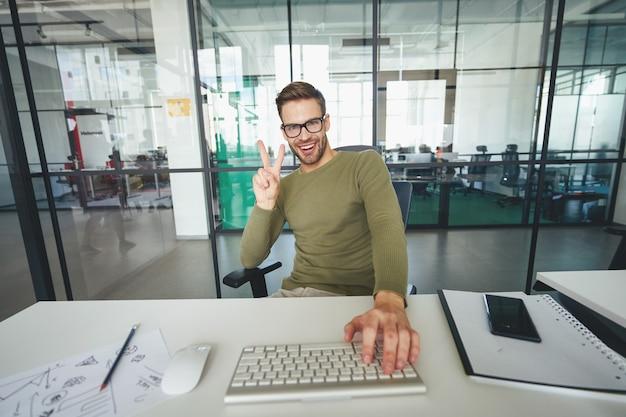 Jovem gesticulando ativamente na frente de uma webcamera