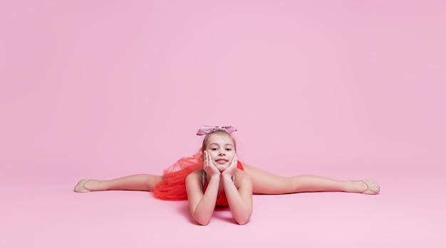 Jovem ginasta líder de torcida fazendo um exercício