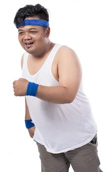Jovem gordo andando