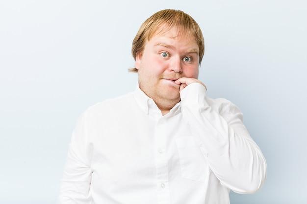Jovem gordo ruivo autêntico, roer unhas, nervoso e muito ansioso.
