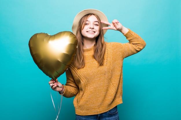 Jovem gosta de ocasião festiva segurando balão metálico