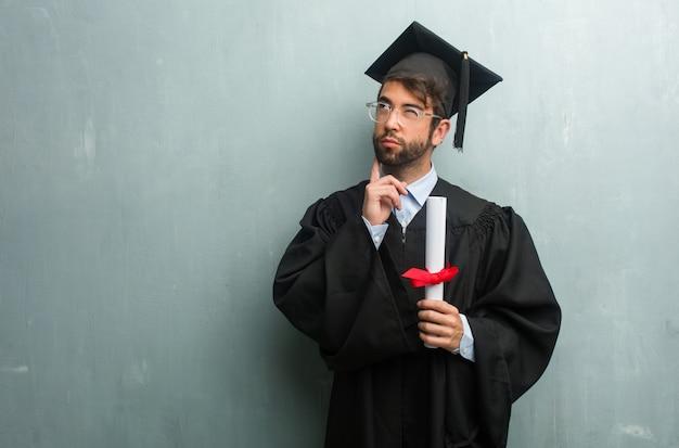 Jovem, graduado, homem, contra, grunge, parede, cópia, espaço, duvidar, confuso