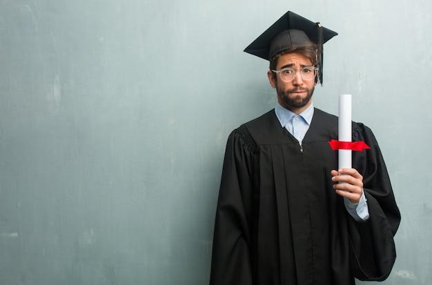 Jovem, graduado, homem, contra, grunge, parede, cópia, espaço, preocupado, oprimido