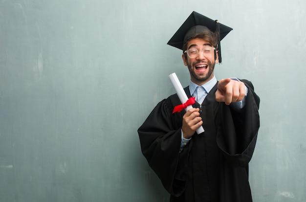 Jovem, graduado, homem, contra, grunge, parede, cópia, espaço, shouting