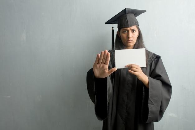 Jovem, graduado, indianas, mulher, contra, um, parede, sério, e, determinado