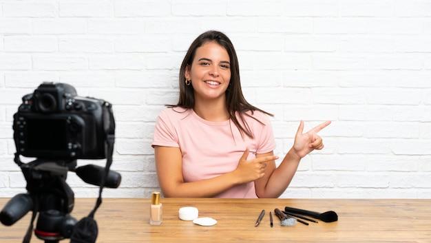 Jovem, gravando um vídeo tutorial, apontando o dedo para o lado