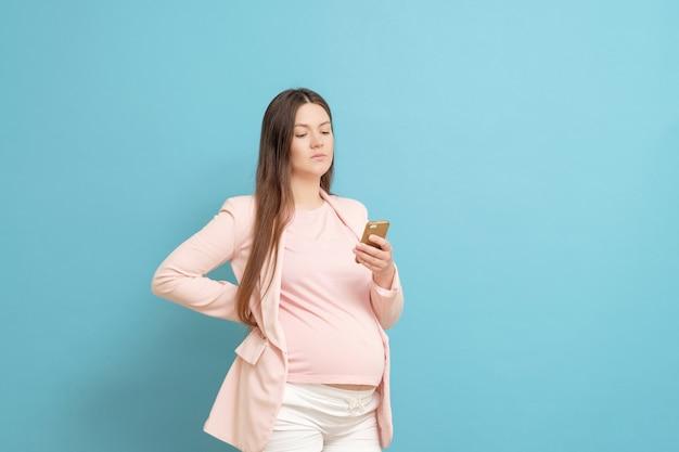 Jovem grávida com celular