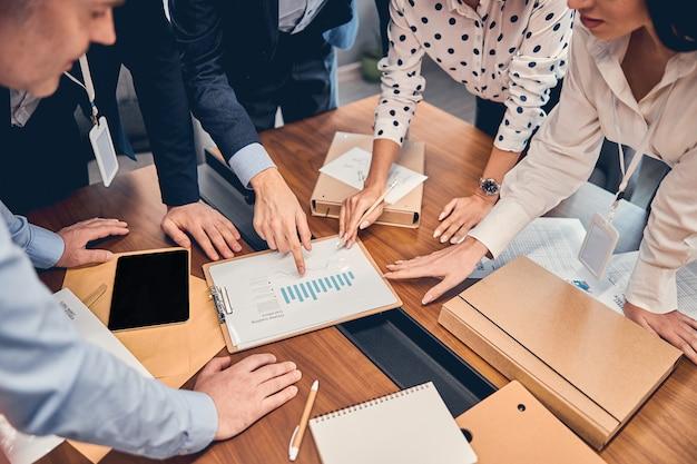 Jovem grupo de executivos caucasianos se comunicando em uma empresa de escritório