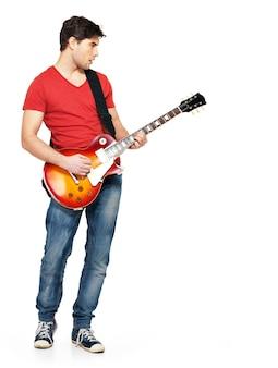Jovem guitarrista toca guitarra elétrica com emoções brilhantes, isolado no branco