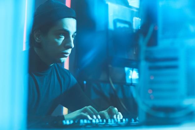 Jovem hacker invadindo dados do servidor