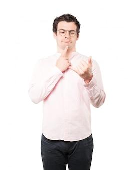 Jovem hesitante, fazendo um gesto de ligar com a mão