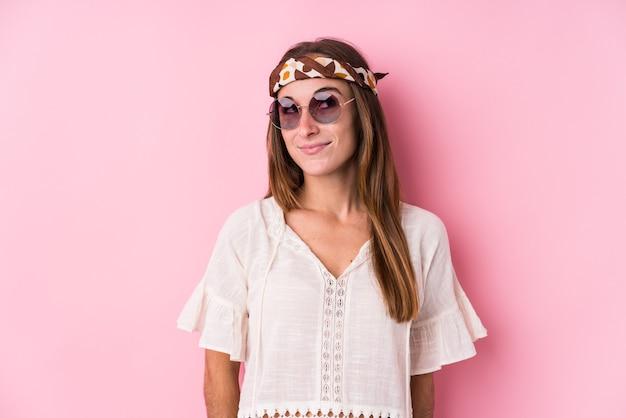 Jovem hippie caucasiana isolada sonhando em alcançar objetivos e propósitos