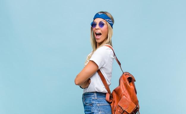 Jovem hippie com uma bolsa de couro
