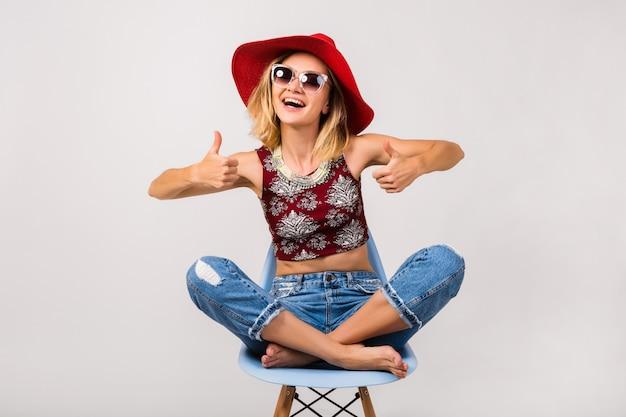 Jovem hippie linda mulher sentada na cadeira isolada