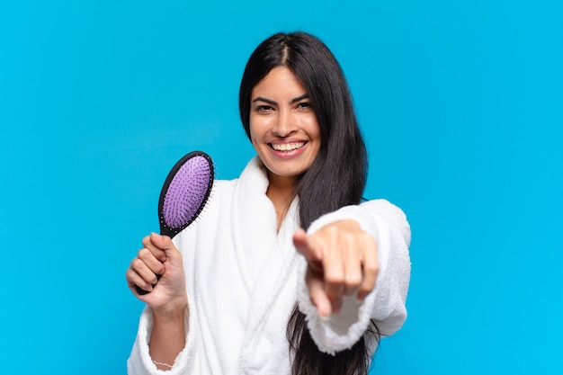 Jovem hispânica com uma escova de cabelo