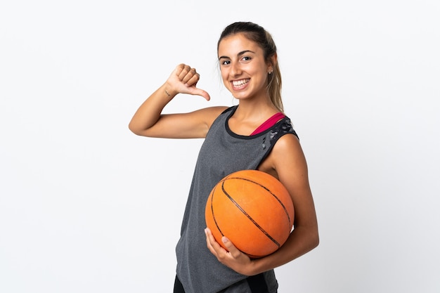 Jovem hispânica jogando basquete sobre um fundo branco isolado, orgulhosa e satisfeita