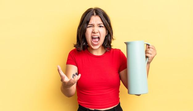 Jovem hispânica parecendo zangada, irritada e frustrada. conceito de garrafa térmica