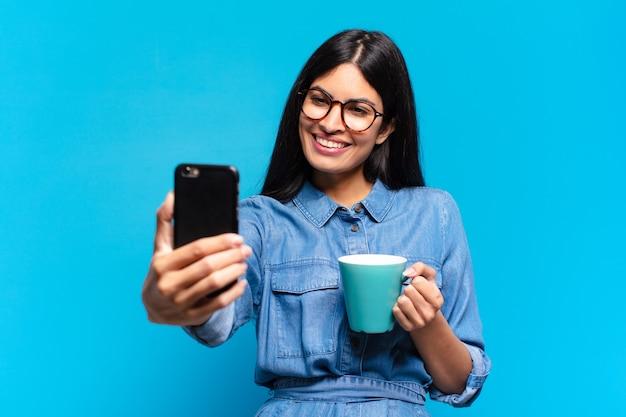 Jovem hispânica tomando um café