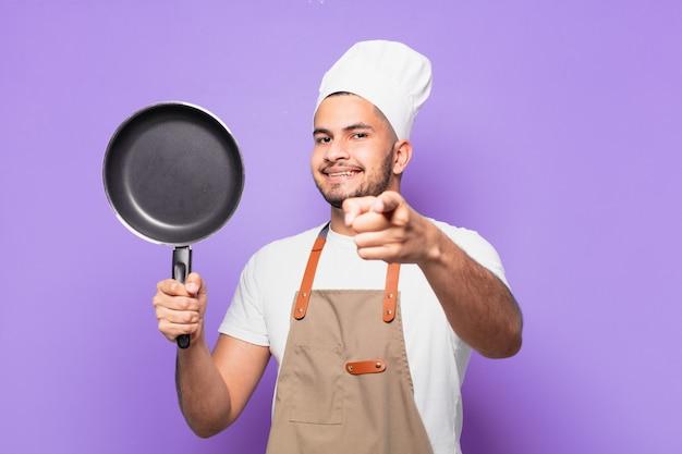 Jovem hispânico apontando ou mostrando. conceito de chef