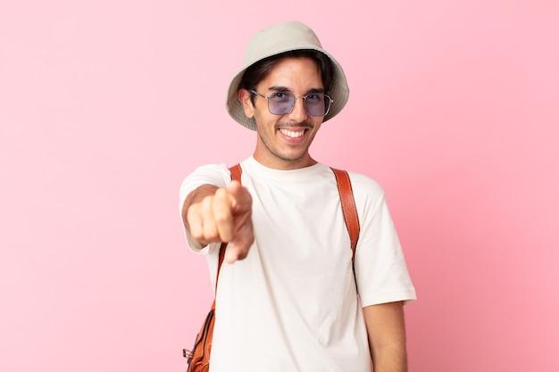 Jovem hispânico apontando para a câmera escolhendo você. conceito de verão