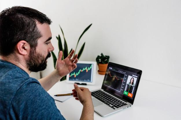 Jovem hispânico fazendo uma videochamada com seu professor de trading