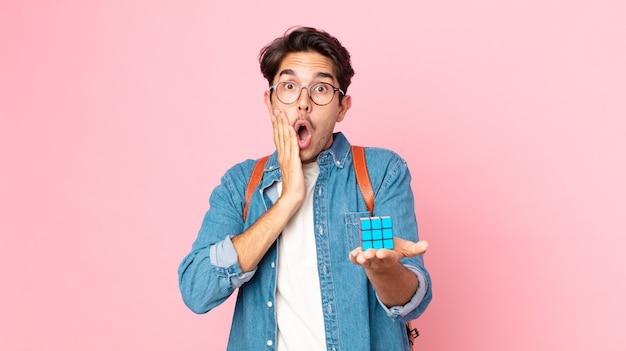 Jovem hispânico se sentindo chocado e assustado com um jogo de desafio de inteligência
