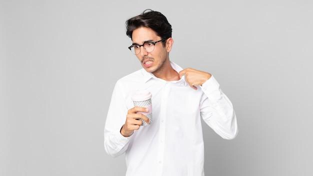 Jovem hispânico se sentindo estressado, ansioso, cansado e frustrado, segurando um café para viagem