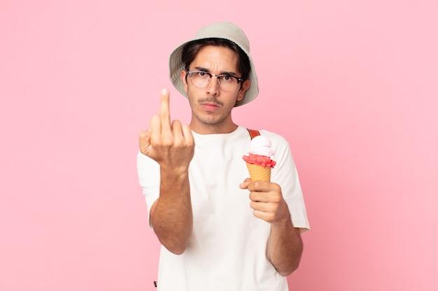 Jovem hispânico se sentindo irritado, irritado, rebelde e agressivo segurando um sorvete