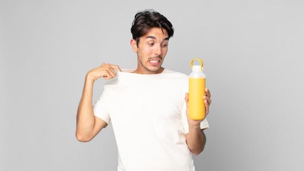 Jovem hispânico sentindo-se estressado, ansioso, cansado e frustrado com uma garrafa térmica de café