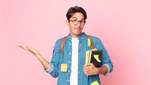 Jovem hispânico sentindo-se perplexo, confuso e em dúvida. conceito de estudante