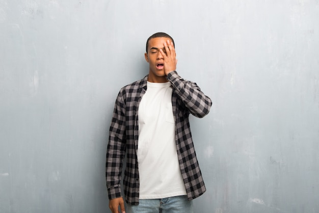 Jovem, homem americano africano, com, camisa checkered, com, surpresa, e, choque, expressão facial