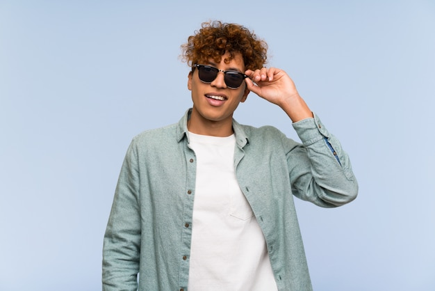 Jovem, homem americano africano, com, óculos, e, surpreendido