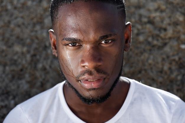 Jovem, homem americano africano, com, suor, gotejando, baixo, rosto