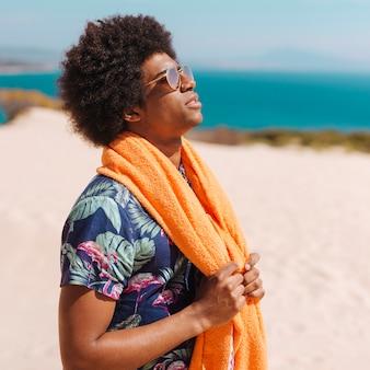 Jovem, homem americano africano, desfrutando, descanso
