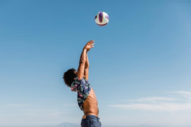 Jovem, homem americano africano, pular, e, jogando bola